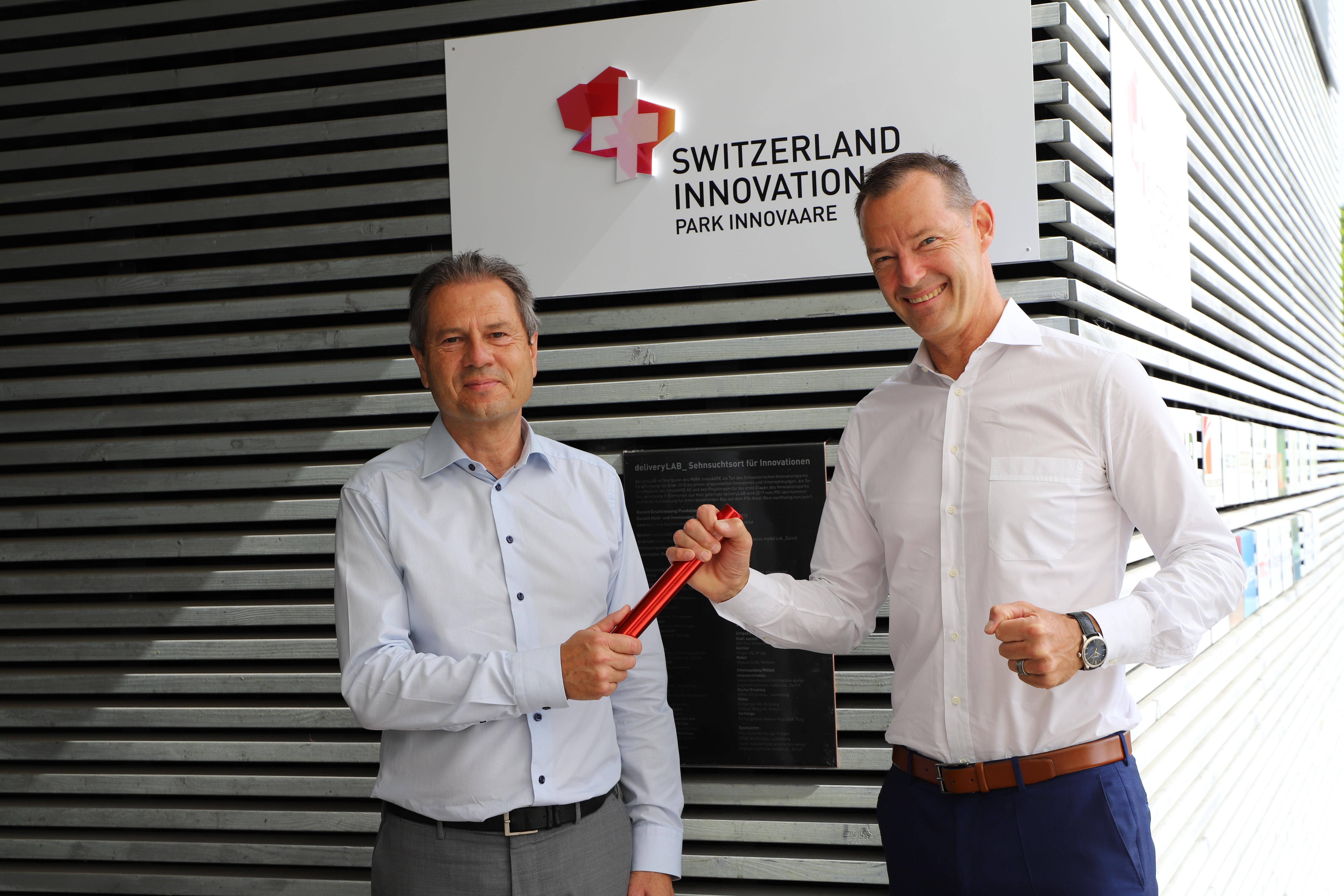Stabsübergabe: Dr. Remo Lütolf (links) übergibt sein Amt als VR-Präsident innovAARE AG an Dr. Christian Brönnimann